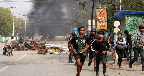 UE nałożyła dziś sankcje na jedenaście osób odpowiedzialnych za wojskowy zamach stanu dokonany w Mjanmie w dniu 1 lutego 2021 r. oraz za późniejsze represje wojskowe i policyjne wobec pokojowych demonstrantów. Także amerykański resort finansów poinformował o nałożeniu sankcji na ludzi powiązanych z juntą.
