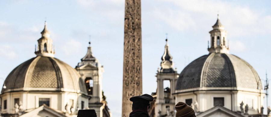 Ponad 4600 osób zostało ukaranych w miniony weekend we Włoszech za złamanie przepisów antyepidemicznych - podało MSW w Rzymie. W ciągu dwóch dni twardego lockdownu w połowie regionów przeprowadzono prawie 190 tysięcy policyjnych kontroli.