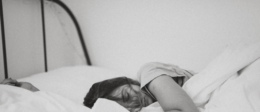 """Brak snu i związane z nadmiarem pracy wyczerpanie zwiększają ryzyko zakażenia koronawirusem i ciężkiego przebiegu Covid-19 - przekonują na łamach czasopisma """"BMJ Nutrition Prevention & Health"""" naukowcy Johns Hopkins Bloomberg School of Public Health i Harvard Medical School. Wyniki badań prowadzonych podczas pandemii wśród lekarzy, pielęgniarek i innych pracowników opieki zdrowotnej w USA i pięciu krajach Europy pokazują, że każda dodatkowa godzina snu obniża ryzyko infekcji o 12 procent."""