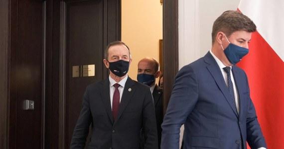 """""""Jeśli partia rządząca, która od półtora roku urządza na mnie polowanie, chce tym sposobem uzyskać większość w Senacie, to ja na to mówię NIE"""" - oświadczył dziś marszałek Senatu Tomasz Grodzki, pytany o wniosek prokuratury o uchylenie mu immunitetu. Tego domaga się Prokuratura Regionalna w Szczecinie i skierowała w tej sprawie wniosek do Izby. Prokuratura Krajowa podała, że Grodzkiemu miałyby zostać postawione cztery zarzuty przyjęcia korzyści majątkowych w okresie, kiedy był dyrektorem szpitala specjalistycznego w Szczecinie i ordynatorem tamtejszego Oddziału Chirurgii Klatki Piersiowej."""