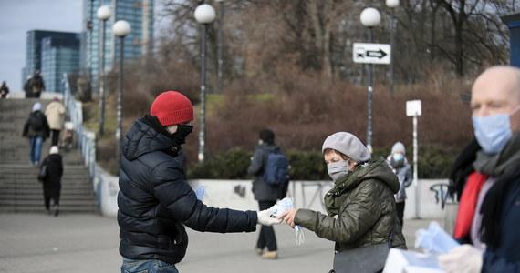 """""""Nie grozi nam zakaz przemieszczania się po Polsce w okresie świątecznym"""" - przekonuje rzecznik Ministerstwa Zdrowia Wojciech Andrusiewicz. Niektórzy rządowi eksperci próbują przekonywać premiera do wprowadzenia takiego ograniczenia. Pojawia się także coraz więcej plotek w tej sprawie."""