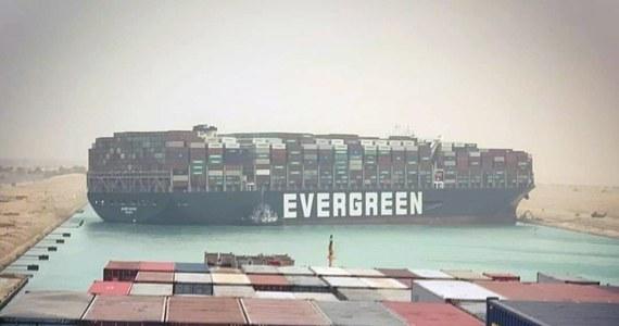 Ogromny kontenerowiec MV Ever Given podczas przeprawy przez Kanał Sueski obrócił się bokiem i osiadł na mieliźnie. Statek przez kilkadziesiąt godzin blokował cały ruch na jednej z najważniejszych morskich dróg handlowych.