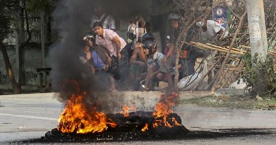 Zatrzymany w Mjanmie polski dziennikarz i fotoreporter Robert Bociaga został w środę zwolniony z aresztu po 13 dniach - poinformowała agencja AFP. Polak, który relacjonował m.in. dla dpa i CNN protesty przeciw przewrotowi wojskowemu, ma zostać wydalony z kraju.