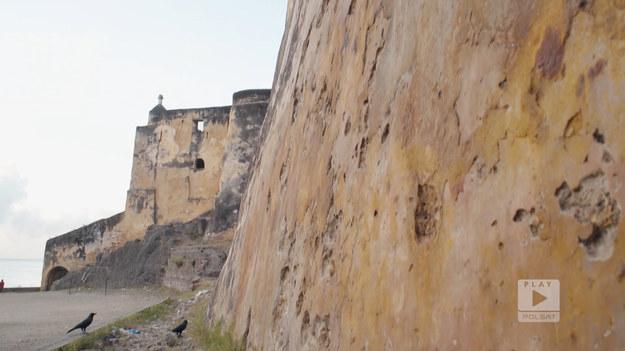 """Portugalia w dawnych wiekach również podbiła tereny obecnej Kenii. Jednym z zabytków, który po nich pozostał, to fort. Kolonizatorzy byli chrześcijanami, więc postanowili go nazwać Jesus.Fragment programu """"Polacy za granicą"""", emitowanego na antenie Polsat Play."""