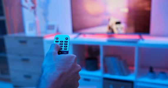 Na rynku sprzętów RTV możemy znaleźć coraz nowsze technologie. Nie inaczej jest z telewizorami, gdzie coraz większą popularność zyskują telewizory 4K. Choć pandemia nie odpuszcza i chodzenie do kin w wielu miastach nie jest możliwe, to telewizor 4K może dać nam namiastkę sali kinowej i sprawić, że - z pomocą zgaszonego światła - choć na chwilę poczujemy się jak w kinie. Czym są telewizory 4K i dlaczego warto zwrócić na nie uwagę?