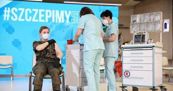 Od czwartku na szczepienia mogą rejestrować się wszystkie osoby mające powyżej 60 lat, w tym urodzone przed 1951 r. Nadal do Narodowego Programu Szczepień mogą zgłaszać się również seniorzy, którzy wcześniej mieli taką możliwość, ale tego nie zrobili. Dziś ruszyły także szczepienia żołnierzy.