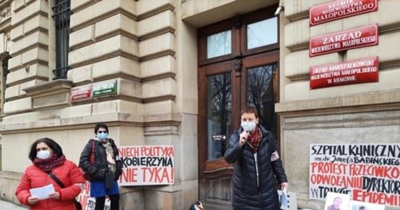 Anna Depukat - dotychczasowa dyrektor ds. lecznictwa - zostanie nowym p.o. dyrektora w szpitalu im. J. Babińskiego w Krakowie. Od kwietnia zastąpi ona na tym stanowisku Stanisława Kracika, wieloletniego dyrektora placówki. Dziś w jego obronie protestowali pracownicy szpitala.