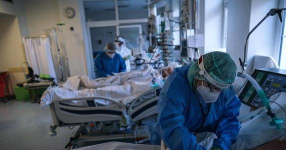 85 pacjentów chorych na Covid-19 jest leczonych w Wojewódzkim Szpitalu Zespolonym w Skierniewicach. Pacjenci zajmują oddział intensywnej terapii, dwa oddziały internistyczne i kardiologię. O obecnej sytuacji epidemicznej z Jackiem Kaniewskim, szefem placówki oraz Dariuszem Diksem, zastępcą dyrektora ds. opieki zdrowotnej pacówki, rozmawia dziennikarka RMF FM Magdalena Grajnert.