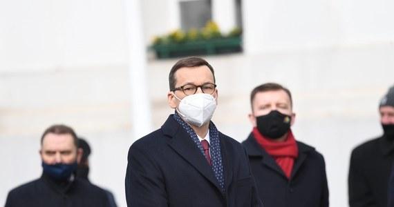 """""""Niech rząd nie zrzuca winy na opozycję za trzecią falę pandemii"""" - mówią jednym głosem: Koalicja Obywatelska, PSL i Lewica. Te partie bardzo krytycznie komentują słowa z wystąpienia premiera. """"Jeżeli nie potraficie działać solidarnie - razem z rządem - przynajmniej nie zaostrzajcie sytuacji"""" - powiedział dziś Mateusz Morawiecki."""