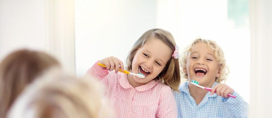 Utrata zębów mlecznych to ważny etap w życiu dziecka, który jest powodem stresu również u rodziców. Zazwyczaj wymiana mleczaków rozpoczyna się w wieku 6-7 lat, kiedy to zaczynają robić miejsce zębom stałym. Co warto wiedzieć o tym procesie?