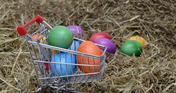 Wielkanocna Zbiórka Żywności rozpoczęła się 8 marca i zakończy się w Sobotę Wielkanocną (3 kwietnia). Pomóc można wyłącznie online – dokonując zakupu w wirtualnym sklepie Banków Żywności. Wszelkie informacje można znaleźć pod adresem: www.zbiorkazywnosci.pl