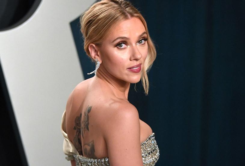 """Wiadomo już, jaki będzie następny projekt gwiazdy filmów """"Jojo Rabbit"""" i """"Historia małżeńska"""", Scarlett Johansson. Popularna aktorka, która ostatnio oskarżyła studio Disneya o to, że nie wywiązało się wobec niej ze swoich zobowiązań finansowych zawartych w umowie na udział w filmie """"Czarna Wdowa"""", dołączyła do gwiazd, które wystąpią w nowym filmie Wesa Andersona (""""Grand Budapest Hotel"""")."""