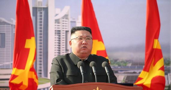 """Malezja przekazała władzom USA obywatela Korei Północnej, który jest oskarżony o pranie brudnych pieniędzy. Człowiek ten szmuglował alkohol dla przywódcy KRLD Kim Dzong Una, znanego z zamiłowania do koniaku i whisky – pisze  południowokoreański dziennik """"Dzoson Ilbo""""."""