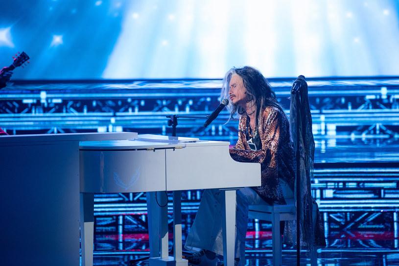 """Aktor Michał Meyer w czwartym odcinku 14. edycji programu Polsatu """"Twoja twarz brzmi znajomo"""" wcieli się w Stevena Tylera, wokalisty rockowej grupy Aerosmith. U nas możecie zobaczyć przedpremierowo fragment tego występu."""