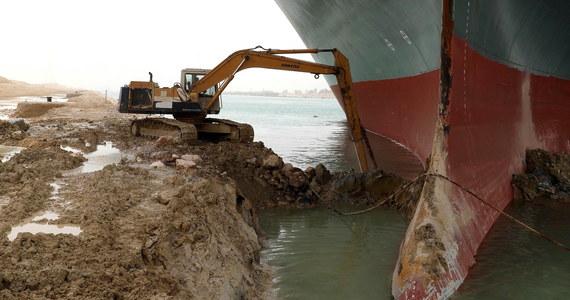 Potężny kontenerowiec, który utknął w poprzek Kanału Sueskiego, doprowadził do kryzysu w handlu na skalę światową. Koszty zablokowania kanału dla światowej wymiany handlowej szacowane są na od 6 do 10 miliardów dolarów tygodniowo. Na przeprawę czeka ponad 150 jednostek.