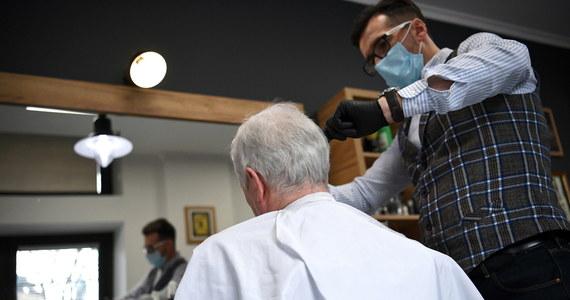 Salony fryzjerskie i kosmetyczne będą zamknięte do 9 kwietnia - to jest pewne. Co więcej, minister zdrowia nie wykluczył, że ich zamknięcie potrwa dłużej, ponieważ ponownie otwarcie będzie uzależnione od sytuacji epidemicznej i dobowej liczby zachorowań na Covid-19. Nic dziwnego, że w piątek salony fryzjerskie i kosmetyczne przeżywały prawdziwe oblężenie.