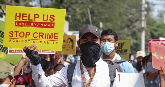 Junta wojskowa w Mjanmie ostrzegła, że protestującym grozi postrzelenie w głowę - podała krajowa telewizja. Tymczasem działacze ruchu występującego przeciwko wojskowemu zamachowi stanu z 1 lutego wezwali do ogromnego pokazu sprzeciwu w sobotę, w dniu święta sił zbrojnych.