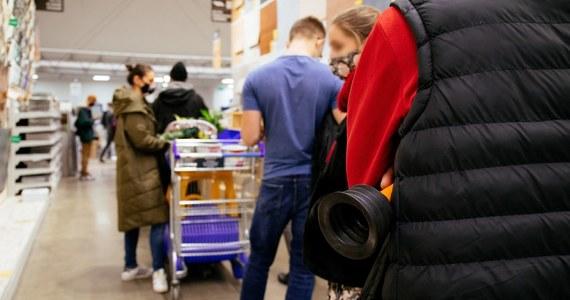 Od soboty przez dwa tygodnie obowiązują nowe obostrzenia, ogłoszone przez rząd w związku z trzecią falą epidemii koronawirusa. Minister zdrowia Adam Niedzielski nie wyklucza, że zasady te przed 9 kwietnia zostaną jeszcze przedłużone. Będzie to zależało od skali zachorowań na Covid-19.