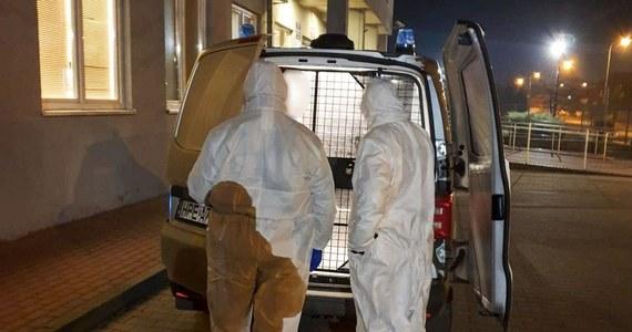 Policjanci ze Słubic (Lubuskie) zatrzymali 51-latkę, która mimo zakażenia wirusem SARS-CoV-2 i obowiązku izolacji jeździła na zakupy. Do tego zabierała do samochodu swoją matkę.