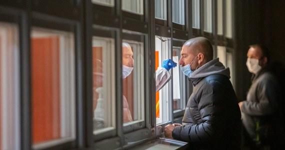 Część osób, które dostały skierowania na badania koronawirusowe, mogła zostać dzisiaj odesłana z kwitkiem. Powodem były problemy z system EWP, który obsługuje całość procesu zlecania badań w kierunku Covid-19 i sprawdzania ich wyników, obsługi kwarantanny oraz izolacji.