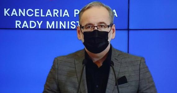 """Ostre starcie ministrów zdrowia w środku trzeciej fali pandemii. Adam Niedzielski zarzuca Bartoszowi Arłukowiczowi """"manipulacje i wymyślanie nieistniejących problemów"""". Były minister mówił o błędach i obawach przed podejmowaniem niepopularnych decyzji."""