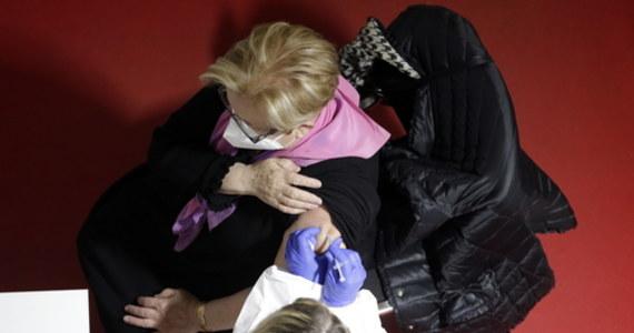 """Od września najbardziej narażeni i nastarsi Brytyjczycy będą otrzymywali trzecią dawkę szczepionki przeciwko Covid-19, która ma dawać lepszą ochronę przed nowymi wariantami koronawirusa - zapowiedział na łamach """"Daily Telegraph"""" odpowiedzialny za szczepienia wiceminister zdrowia Nadhim Zahawi."""