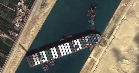 Po obu stronach Kanału Sueskiego czeka już ponad 300 statków. Wśród nich kilkadziesiąt tankowców, w tym wiozące saudyjską ropę dla Europy. Według portalu Statista Polska jest czwartym europejskim odbiorcą ropy z Arabii, po Belgii, Hiszpanii i Włoszech. Sprowadzamy teraz już prawie 5 mln ton saudyjskiej ropy rocznie. Według holenderskich specjalistów, którzy kierują akcją uwalniania zaklinowanego kontenerowca Ever Given, w najlepszym razie uda się przywrócić żeglugę na początku przyszłego tygodnia. Czy, jeśli się nie uda, zapłacimy więcej za paliwo?