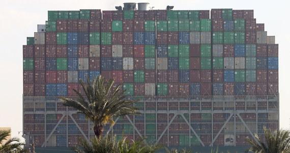 Dwa dodatkowe ciężkie holowniki spieszą do Kanału Sueskiego, by wspomóc operację przesunięcia olbrzymiego kontenerowca. Ever Given od sześciu dni blokuje kluczowy dla światowego handlu szlak morski.