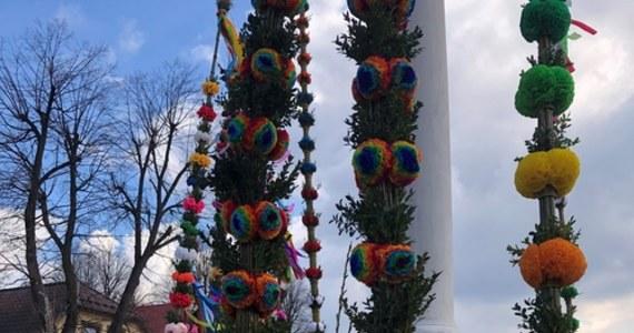 Bez tradycyjnego kiermaszu, ale jednak w Lipnicy Murowanej w Małopolsce odbył się słynny, już 62. konkurs palm wielkanocnych. Mieszkańcy nie zawiedli, a ci, którym udało się dostać na lipnicki Rynek, gdzie postawione są palmy, dosłownie zapierało dech w piersiach.