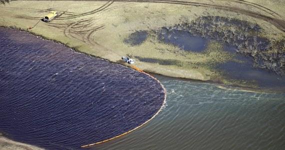 W Rosji setki tysięcy ton ropy i produktów naftowych trafiają do środowiska na skutek różnego rodzaju wycieków ze zbiorników i rurociągów - mówi ekolog Igor Szkradiuk. Wśród innych sprawców skażeń wymienia kopalnię na Uralu, która emituje dwutlenek siarki.