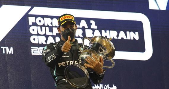 Lewis Hamilton (Mercedes) wygrał wyścig o Grand Prix Bahrajnu, inauguracyjną rundę mistrzostw świata Formuły 1. Drugie miejsce zajął Holender Max Verstappen (Red Bull), a trzeci był Fin Valtteri Bottas (Mercedes). To 96. zwycięstwo Hamiltona w karierze.