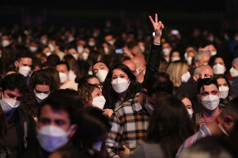 Ponad 5000 osób wzięło udział w pierwszym w tym roku koncercie muzycznym w Barcelonie. Wydarzenie z udziałem hiszpańskiego zespołu Love of Lesbian odbyło się w hali koncertowej Pałacu Sant Jordi przy zachowaniu restrykcji epidemicznych, z wyjątkiem dystansu społecznego.