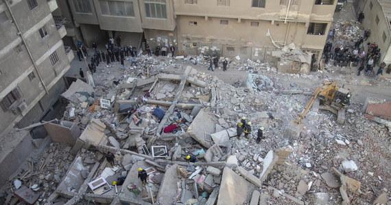 Do 25 wzrósł bilans ofiar śmiertelnych zawalenia budynku w Kairze - podały w niedzielę wieczorem władze. Ekipie ratunkowej udało się wydobyć spod gruzów 6-miesięczne dziecko. Jego rodzice i siostra zginęli. Trwają poszukiwania brata uratowanego niemowlęcia.