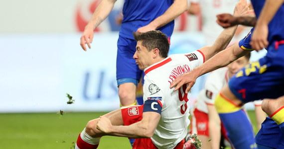 Robert Lewandowski nie zagra pojutrze przeciwko reprezentacji Anglii w meczu eliminacji mistrzostw świata 2022. Nasz najlepszy napastnik nabawił się kontuzji: badania, przeprowadzone dzień po spotkaniu z Andorą, wykazały uszkodzenie więzadła pobocznego kolana.