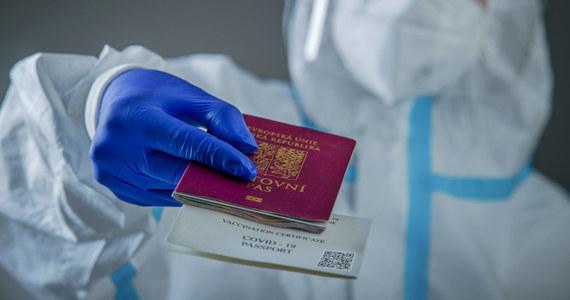 Paszport zdrowotny z informacjami o szczepieniach i przeciwciałach wytwarzanych przeciwko koronawirusowi nie będzie obowiązkowy, ale chcemy, by funkcjonował od 15 czerwca - powiedział komisarz UE ds. rynku wewnętrznego Thierry Breton.
