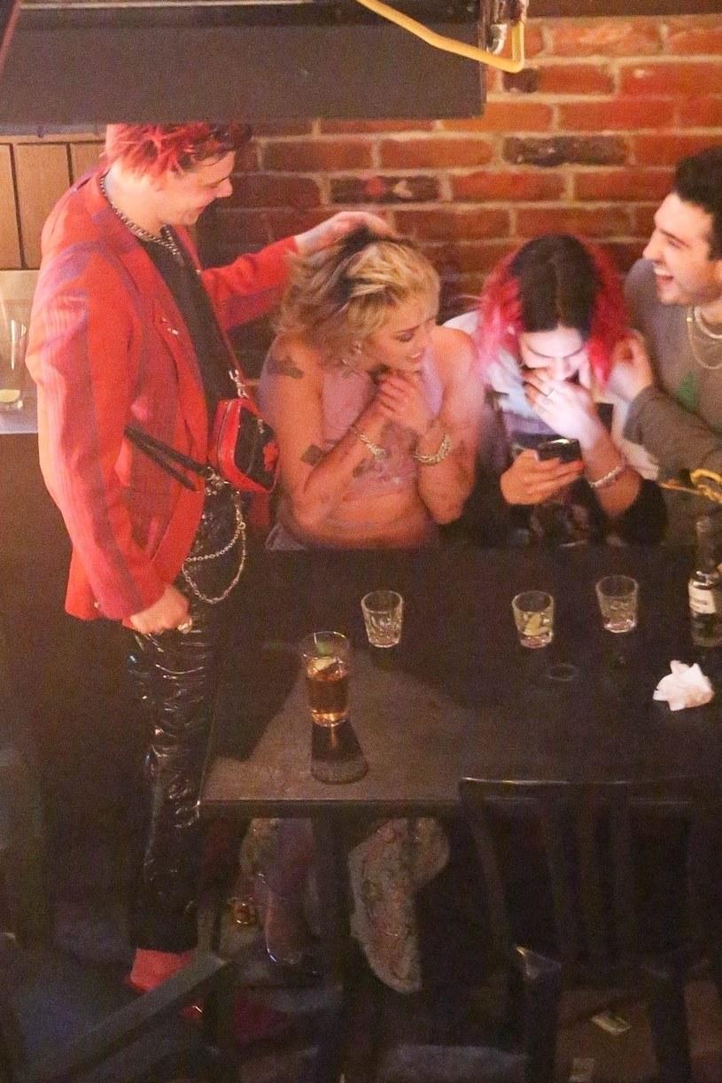 Plotkarskie media informują, że Miley Cyrus ma się coraz bliżej z Yungbludem, 23-letnim wokalistą i byłym partnerem Halsey. Do sieci trafiły ich wspólne zdjęcia z imprezy w jednym z barów w Los Angeles.