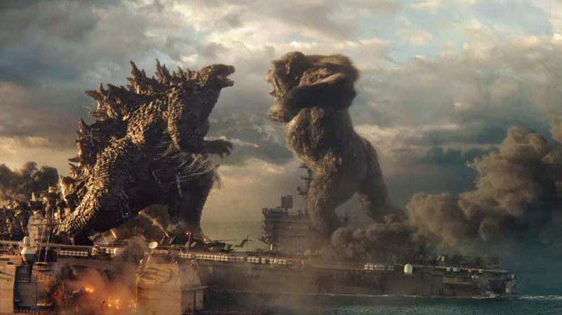 """Film """"Godzilla vs. Kong"""" oficjalną premierę w amerykańskich kinach i na platformie streamingowej HBO Max będzie miał dopiero 31 marca, ale w niektórych krajach świata już zadebiutował. I okazał się najchętniej oglądanym filmem weekendu. W sumie wyreżyserowana przez Adama Wingarda produkcja zarobiła w pierwszy weekend wyświetlania ponad 120 milionów dolarów. To świetny wynik jeśli chodzi o kina próbujące podnieść się po pandemii COVID-19."""