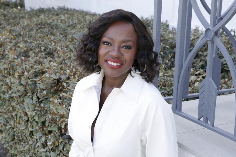 """Gwiazdę filmów """"Służące"""" i """"Ma Rainey: Matka bluesa"""" będziemy mogli niedługo podziwiać w roli Michelle Obamy. Viola Davis wcieli się w byłą pierwszą damę Stanów Zjednoczonych w nadchodzącym serialu """"The First Lady"""" stacji Showtime. Choć otrzymanie angażu do produkcji to dla laureatki Oscara duże wyróżnienie, jest ono dla niej zarazem nie lada wyzwaniem. """"Chyba straciłam rozum, przyjmując tę rolę"""" - żartuje Davis."""