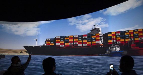 Kontenerowiec Ever Given, który od blisko tygodnia blokował Kanał Sueski, został sprowadzony z powrotem na tor wodny i obecnie płynie na północ. Na kanale wznowiono ruch statków.