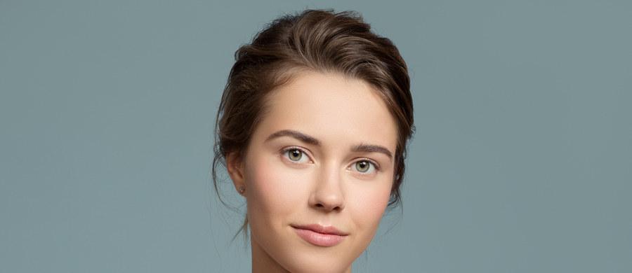 Nieskazitelna, świetlista cera to Twoja najlepsza wizytówka. Pytanie jednak, co zrobić, aby skóra wyglądała zdrowo i była wolna od niedoskonałości? Maskowanie zaczerwienień czy wyprysków to tylko tymczasowe rozwiązanie. Zadbaj o to, aby twarz wyglądała dobrze również bez makijażu. Jak ją pielęgnować na co dzień? Oto 7 zasad, o których warto pamiętać.