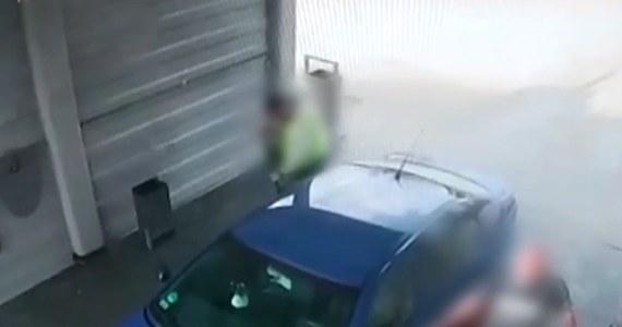 Zuchwała próba kradzieży auta. 38-latek wykorzystał moment, kiedy właściciel samochodu mył swój pojazd w myjni samochodowej. Podszedł od strony kierowcy, wsiadł do auta i… chciał odjechać. Zobacz to na filmie z monitoringu.