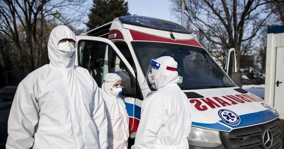 W ciągu ostatniej doby odnotowano w Polsce 20 870 tysięcy nowych zakażeń koronawirusem. Dla porównania - tydzień temu odnotowano ich 16 740. Zmarło 461 pacjentów z Covid-19. Zajętych jest ponad 3 tysiące respiratorów i ponad 31 tys. łóżek covidowych.