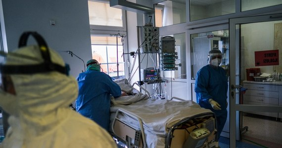 """W szpitalach brakuje jedynego lekarstwa skutecznego w hamowaniu rozwoju Covid-19 – remdesiviru – choć jego dostawy są obecnie nawet 10 razy większe niż podczas drugiej fali pandemii. W marcu było to ponad 50 tysięcy ampułek, na kwiecień zamówiono ich ponad 100 tysięcy – donosi """"Dziennik Gazeta Prawna""""."""