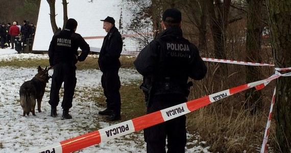 Zwłoki młodej kobiety znaleziono w poniedziałek w samochodzie zaparkowanym na przyszpitalnym parkingu w Bogatyni (Dolnośląskie). Okoliczności jej śmierci wyjaśnia prokuratura. Według wstępnych ustaleń, 33-latka prawdopodobnie przyjechała do szpitala, żeby zrobić test na koronawirusa.