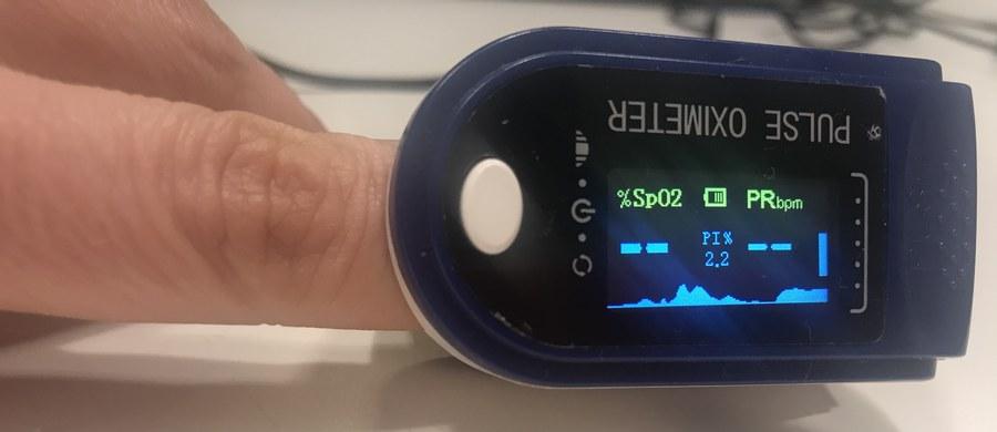 """""""Niski poziom saturacji"""", słowa te na pewno słyszeliście oglądając jakiekolwiek medyczne seriale, w których lekarze z izby przyjęć, podczas dynamicznie zmieniającej się akcji, przerzucają się enigmatycznie brzmiącymi liczbami. Obok temperatury ciała, ciśnienia krwi, pulsu i częstotliwości oddechu, saturacja jest jednym z parametrów życiowych. Jej poziom mówi lekarzowi, czy pacjent może cierpieć na niedotlenienie organizmu."""