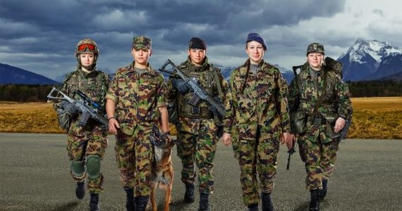 Kobiety, służące w szwajcarskiej armii, będą mogły nosić damską bieliznę. Do tej pory na mundurowym wyposażeniu rekrutów, bez względu na płeć, była tylko bielizna męska.