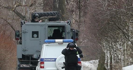 W Mytiszczach pod Moskwą mężczyzna ostrzelał we wtorek funkcjonariuszy policji, którzy przyszli do jego domu z rewizją. Próba jego zatrzymania przerodziła się w kilkugodzinny szturm. W budynku wybuchł pożar i nie jest wykluczone, że sprawca zginął w ogniu.