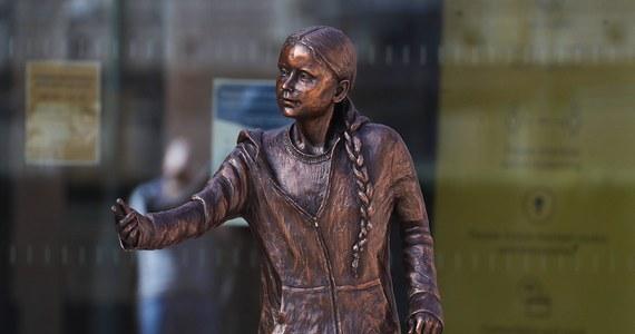 Spore kontrowersje wywołał odsłonięty we wtorek na Uniwersytecie w Winchester w południowej Anglii pomnik Grety Thunberg. Studenci uważają, że w czasach oszczędności spowodowanych pandemią Covid-19 można było w lepszy sposób spożytkować wydane na to 24 tys. funtów.