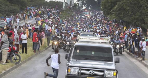 45 osób zginęło w wyniku zadeptania, gdy podczas uroczystości pożegnalnych prezydenta Tanzanii Johna Magufulego w Dar es Salaam w ubiegłym tygodniu wybuchła panika - poinformowała we wtorek policja.