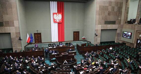 Przegrane wczoraj przez Prawo i Sprawiedliwość sejmowe głosowanie pogłębia konflikt w Zjednoczonej Prawicy. Porozumienie zapowiedziało Jarosławowi Kaczyńskiemu, że zagłosuje razem z opozycją – ustalił dziennikarz RMF FM Patryk Michalski.